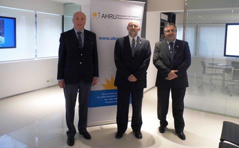 Directivos de AHRU en el BROU de Buenos Aires: Hugo Marichal, tsorero AHRU; Juan Martinez, presidente, y Francisco Rodriguez, secretario. Foto: AHRU