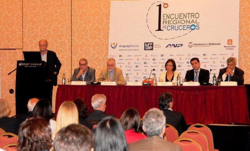Horacio Díaz presentando el diagnóstico de Punta del Este en el Encuentro Regional de Cruceros.