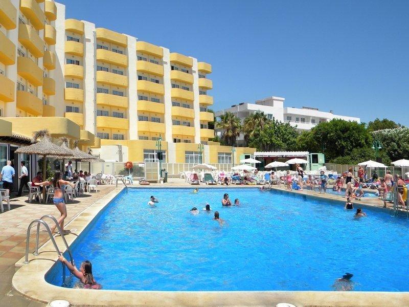 El hotel Roc Continental Park se encuentra situado a sólo 100 metros de la playa de Muro.