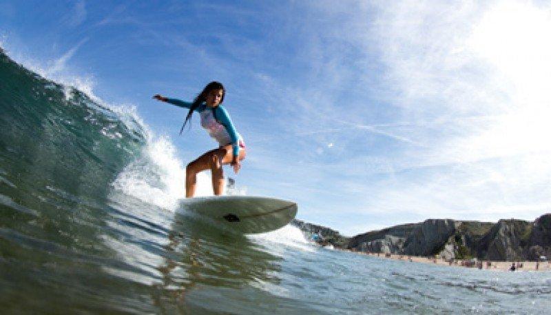 La playa de Sopelana goza de muy buenas infraestructuras y servicios, además de clubes y escuelas de surf.