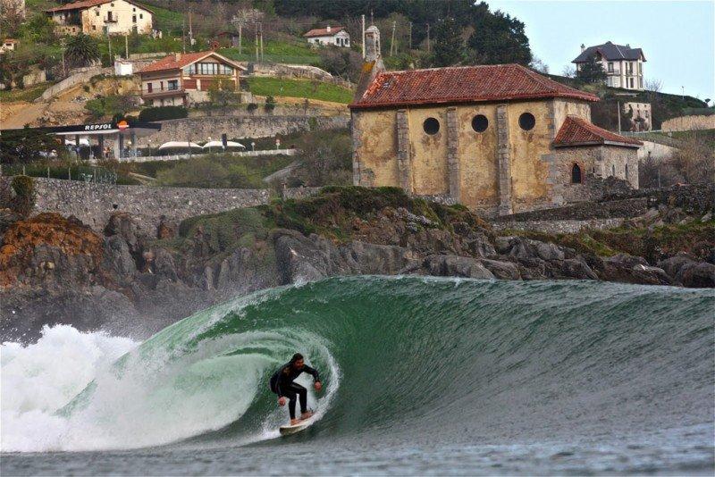La famosa ola de Mundaka, considerada una de las 10 mejores del mundo y la mejor de Europa.