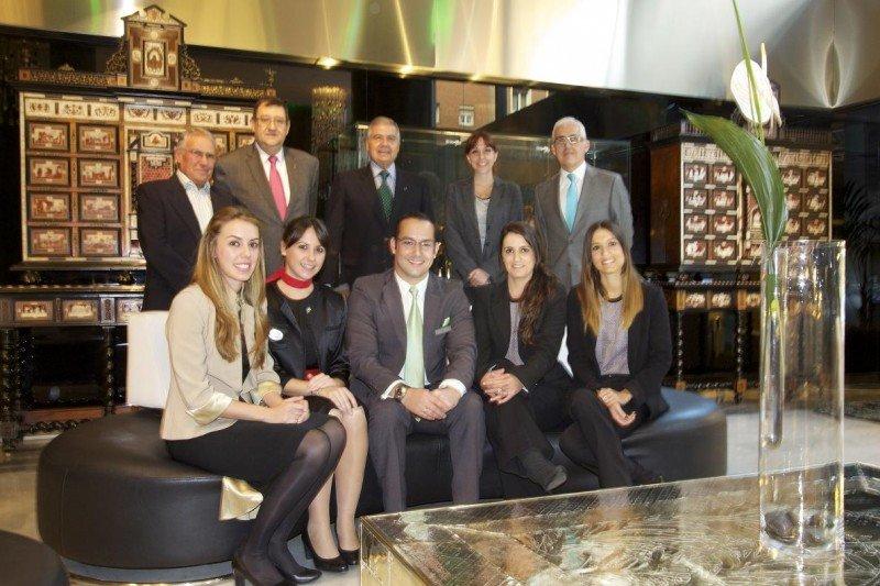 De Oliveira, junto con el resto de candidatos al concurso y los miembros del jurado.