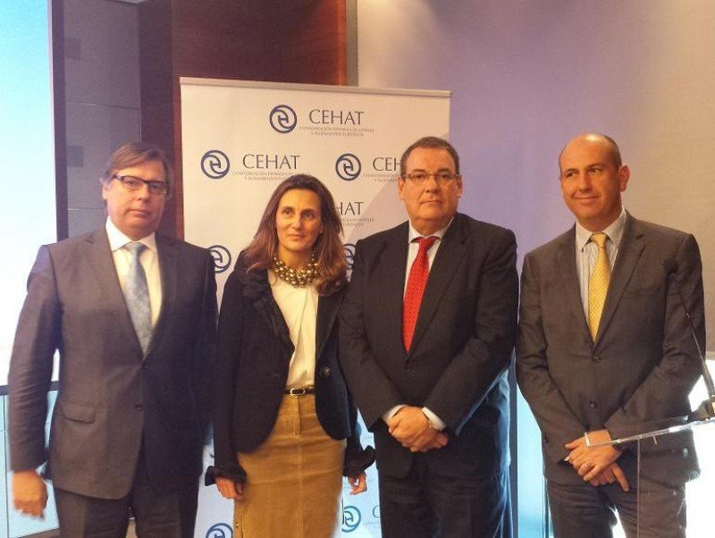 La directora general de Turespaña, Marta Blanco, con los representantes de CEHAT al término de la reunión.