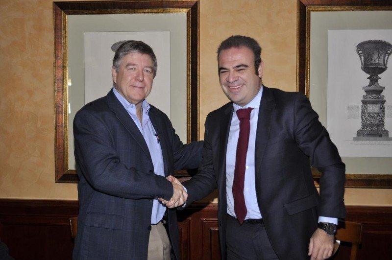 De izq. a dcha, Ron Oswald y Gabriel Escarrer en la firma del acuerdo entre IUF-UITA y Meliá Hotels International.