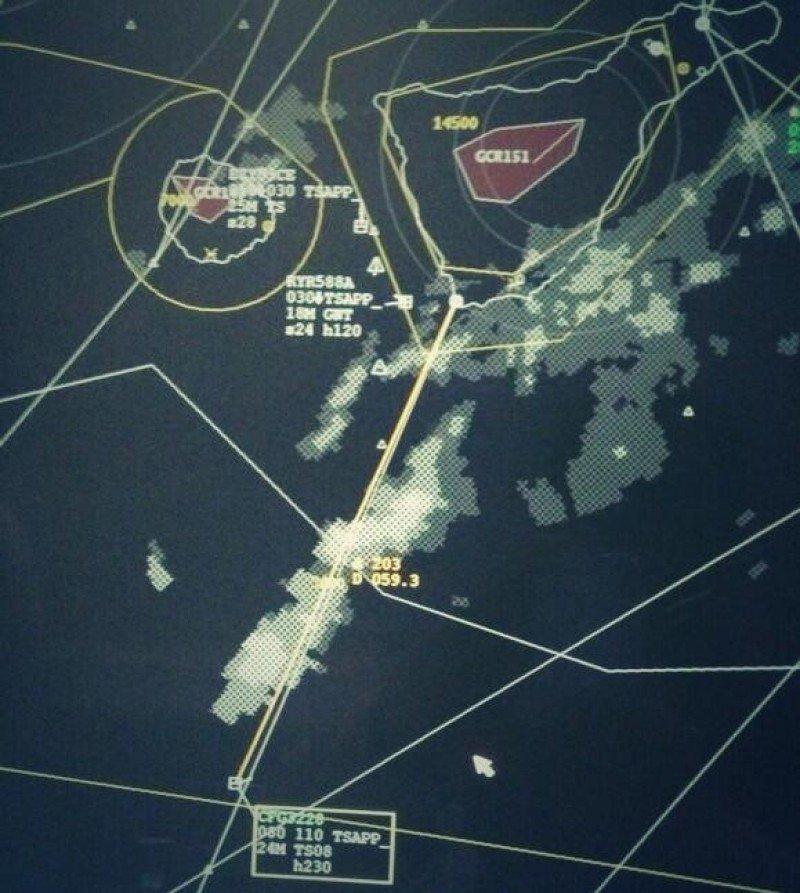 Imagen de un vuelo procedente de Alemania que se desvía 110Km al sur de la isla para avitar la tormenta, también lanzada en twitter por Controladores Aéreos @controladores.