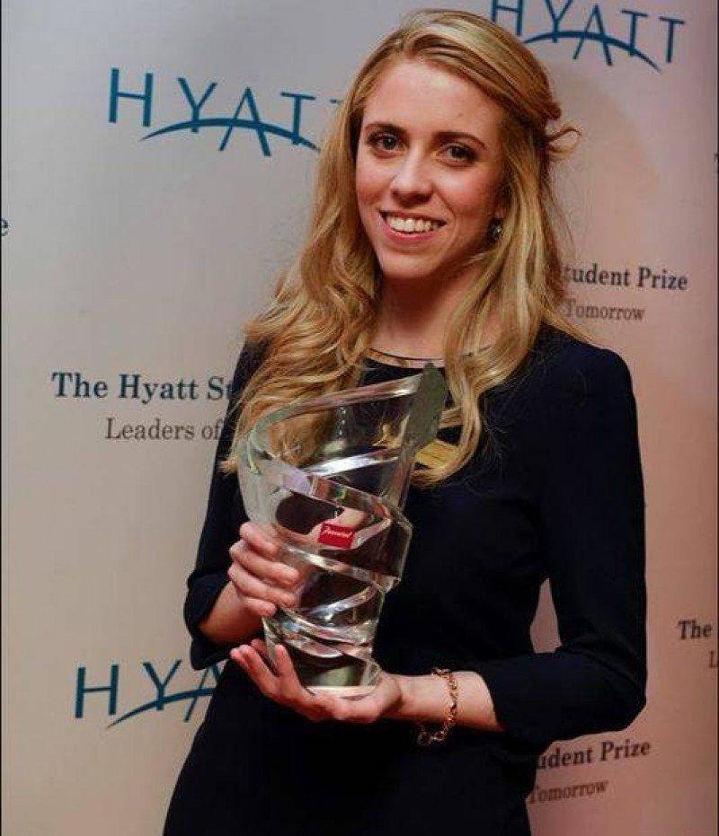 Elena Vázquez con el galardón del Hyatt Student Prize 2013.