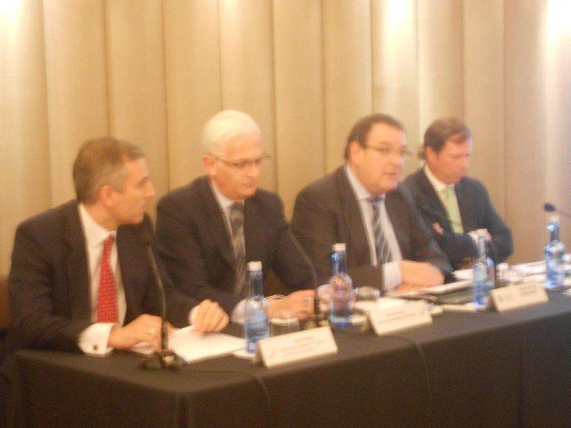 De izq. a dcha, David Samu y Álvaro Klecker, de PwC; junto con Joan Molas y Ramón Estalella, de CEHAT.