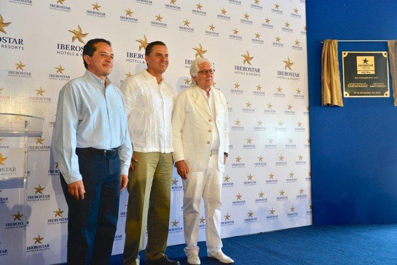 De izq. a dcha, el subsecretario de Operaciones Turísticas del país, Carlos Joaquín; el Gobernador del Estado, Roberto Sandoval; y el presidente ejecutivo de Iberostar, Miguel Fluxá.