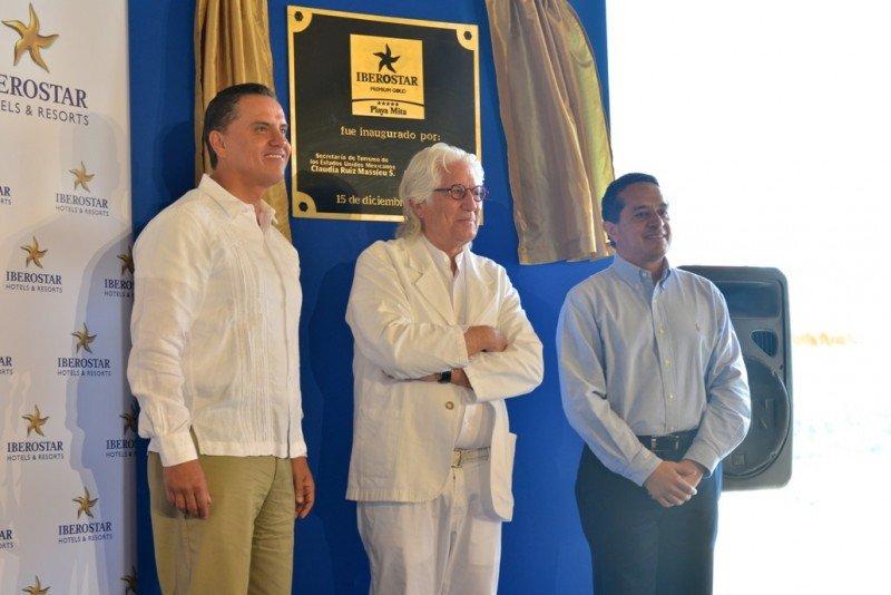 De izq. a dcha, el gobernador de Riviera Nayarit, el presidente de Iberostar y el subsecretario de Operaciones Turísticas de México en la inauguración del Iberostar Playa Mita.