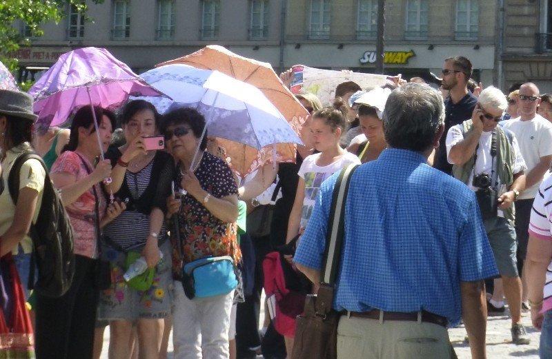 Grupo de turistas en París, el pasado mes de julio.