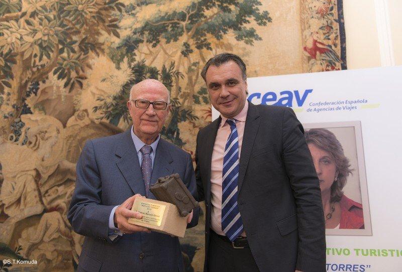 El presidente de Ceav, Rafael Gallego, entregó el reconocimiento a Gabriel Barceló.
