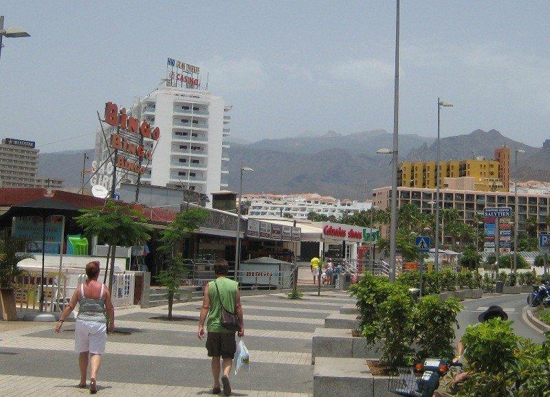 La rehabilitación impulsará el sector de la construcción sin tener que consumir más suelo, dijo Paulino Rivero. En la imagen, área turística en el sur de Tenerife.