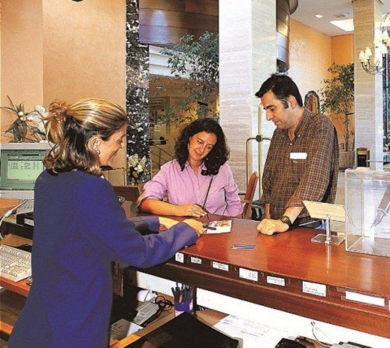 El consejero de Turismo andaluz afirma que 'no puede sostenerse un producto y un destino de calidad disminuyendo el empleo'.