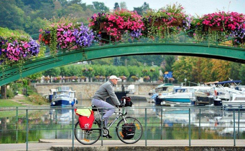 Un cicloturista en el Valle del Loira.