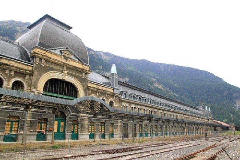 La Estación Internacional de Canfranc fue inaugurada en 1928. El gobierno aragonés proyecta rehabilitar el eficicio y darle usos hoteleros. #shu#