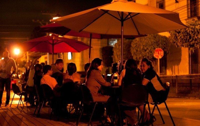 Vida nocturna en el Paseo el Carmen, en la ciudad histórica de Santa Tecla.