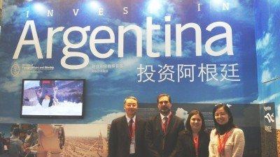 Firma de la Carta de Intencion: el Prof. Dai Bin de la Academia China de Turismo y el subsecretario de Coordinación del Mintur, Alejandro Schiavi .(Foto: MINTUR).