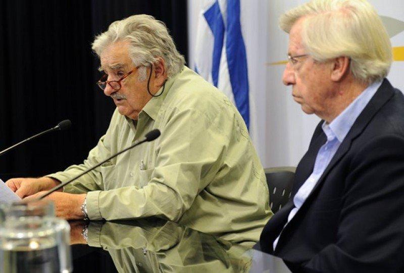 Mujica y Astori anuncian la renuncia de Lorenzo. Foto: Presidencia.