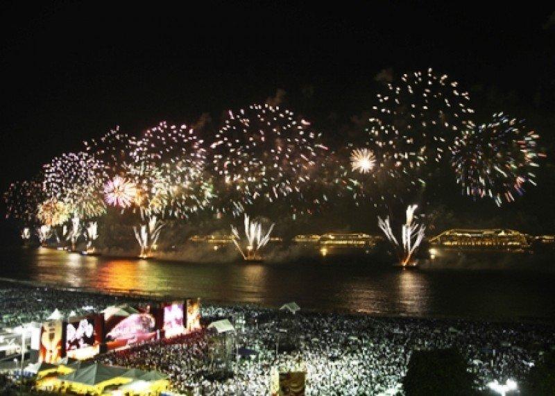 Tradicionales fuegos artificiales de Copacabana. #shu#