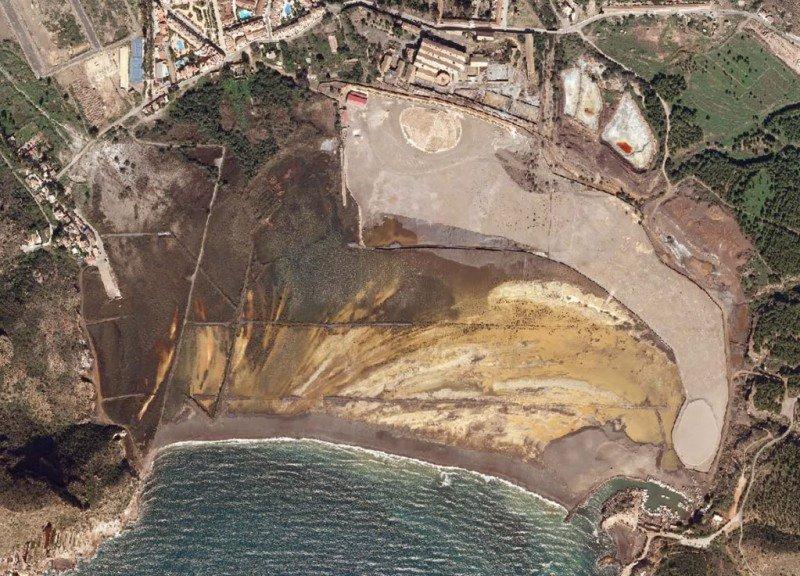 Aspecto actual de la Bahía de Portmán, repleta de residuos mineros.