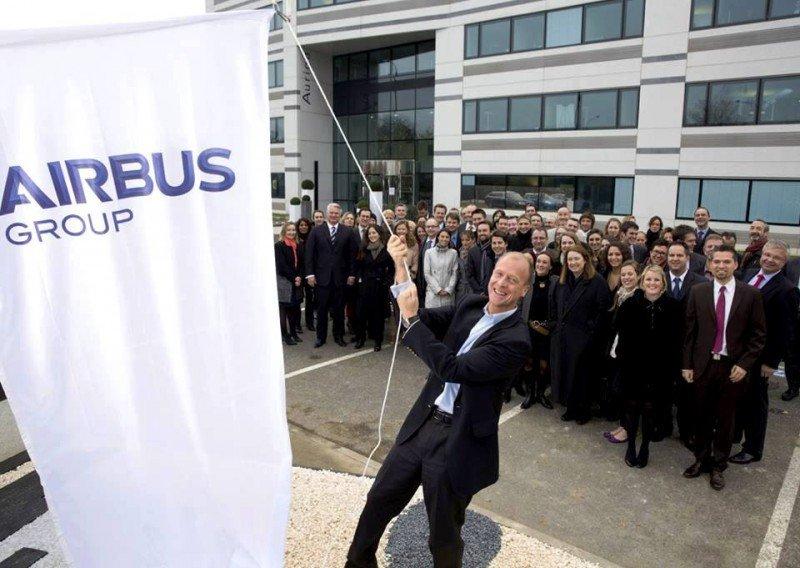Tom Enders coloca la nueva marca en la sede central de Airbus Group al iniciar el año 2014.