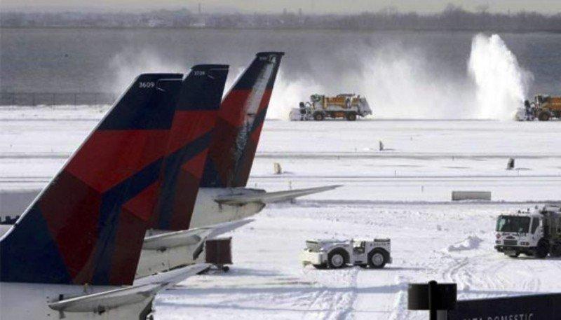 Máquinas quitanieve intentan limpiar una de las pistas del Aeropuerto JFK de Nueva York.