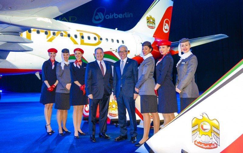 Nuevo avión de airberlin y Etihad. En el centro de la imagen, los CEO de ambas aerolíneas,  James Hogan de la compañía de Emiratos Árabes, a la izq; y a la derecha, Prock-Schauer de irberlin.