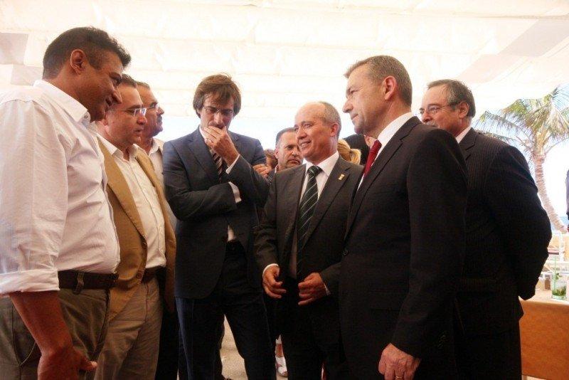 A la derecha de la imagen, el alcalde de Tías, Pancho Hernández, junto al presidente de Canarias, Paulino Rivero, y empresarios turísticos de Puerto del Carmen, Lanzarote.