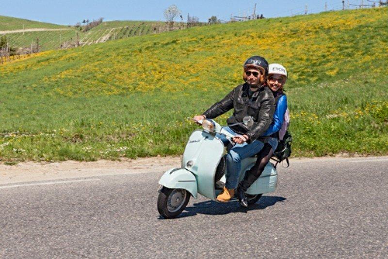 Los viajeros procedentes de mercados emisores lejanos 'quieren llevarse lo máximo de Europa' experimentando vivencias singulares, como recorrer la Toscana o Roma en una moto Vespa. #shu#
