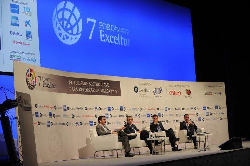 Los representantes de la banca que ayer participaron en el Foro Exceltur.