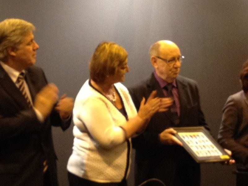 El editor de HOSTELTUR Joaquín Molina recoge el obsequio de manos de la ministra Kechichián.