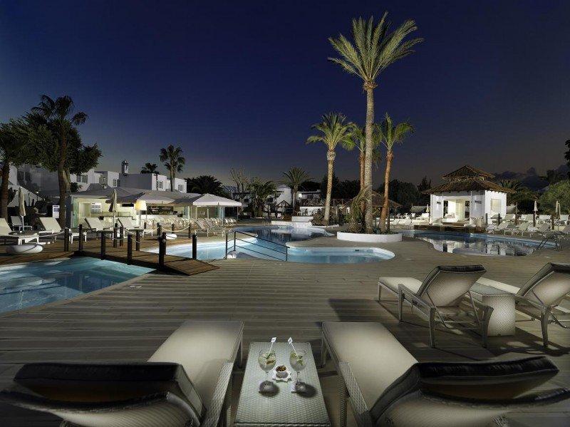 Los clientes pueden reservar la original Palapa junto a la piscina, para disfrutar de una romántica cena con camarero personal.