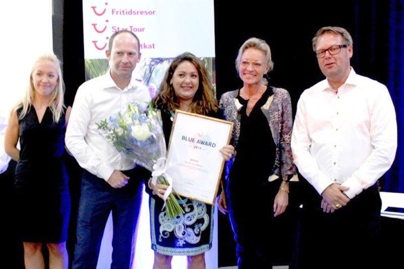 María José Rincón, delegada de la cadena en Playa del Carmen, recoge el premio del Riu Palace Mexico de manos de los directivos de TUI Nordic.