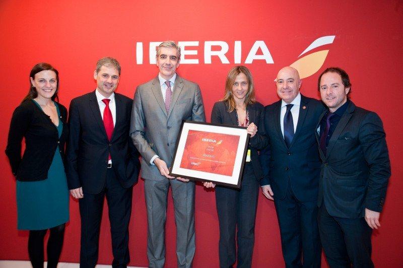 Ricardo Palazuelos, director de la unidad de Agencias de viajes de Iberia, junto a la directora general de Bestours, Julia Franch.