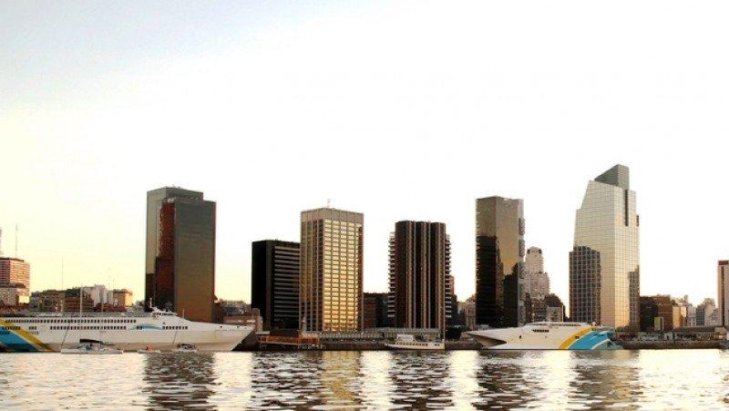 El puerto de Buenos Aires es la principal salida de Argentina a Uruguay. #shu#