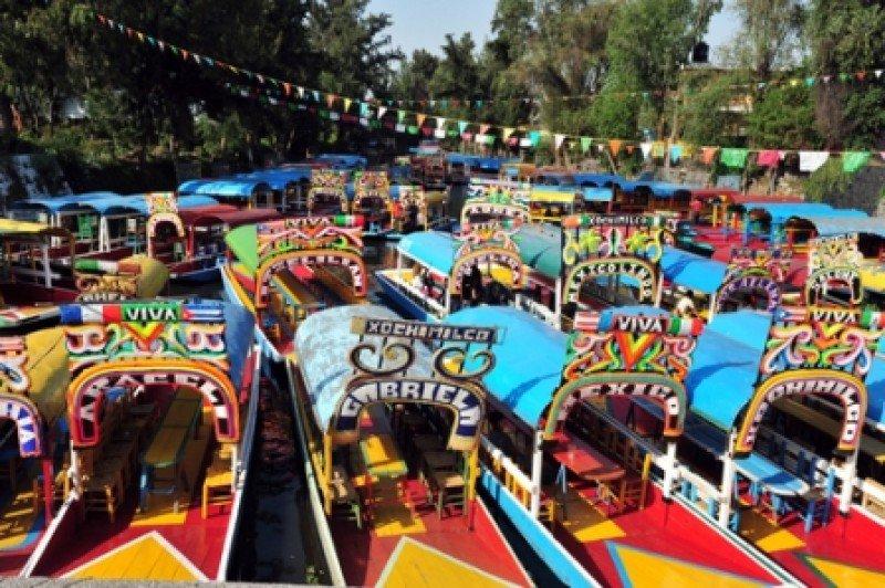 Tradicionales trajineras en los canales de Xochimilco. #shu#