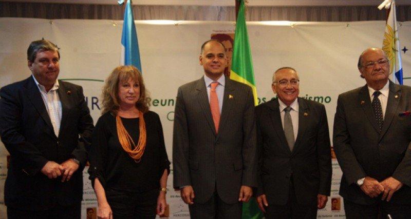 Ministros de Venezuela y Brasil, Andrés Izarra y Gastao Vieira, reunidos con Patricia Vismara, subsecretaria argentina, y embajador uruguayo en Caracas, Oscar Ramos.