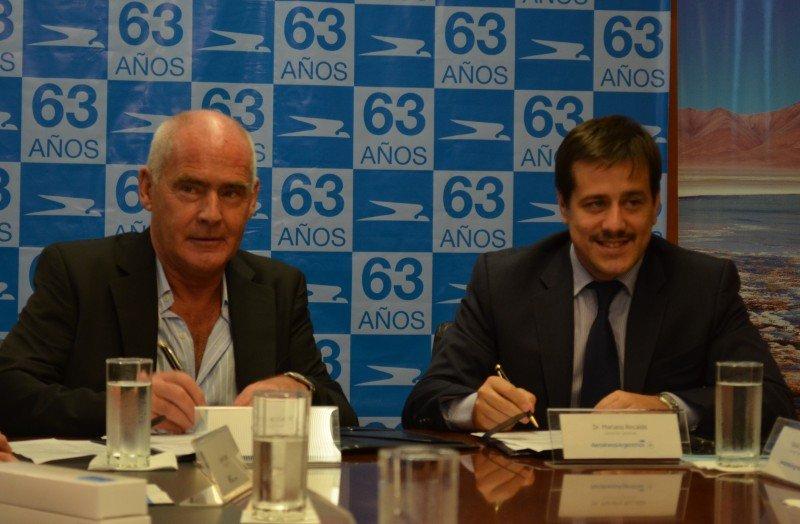 Enrique Meyer y Mariano Recalde firman renovación del programa Aerolíneas Vacaciones.