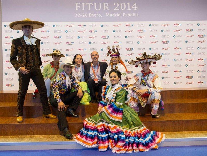El director general de Riviera Nayarit, Marc Murphy, rodeado del grupo de baile autóctono en la pasada edición de Fitur.