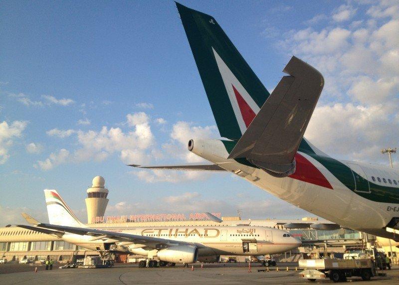 Alitalia y Etihad a punto de un acuerdo. En la foto de travequotidiano.com, aviones de ambas aerolíneas en el Aeropuerto de Abu Dhabi, sede de Etihad.