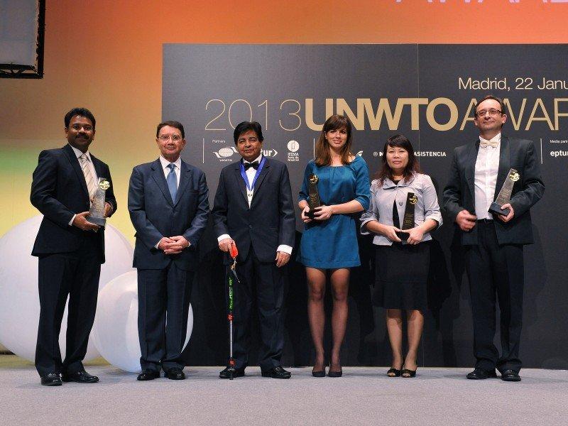 El secretario general de la OMT, Taleb Rifai, con algunos de los premiados en la edición 2014.
