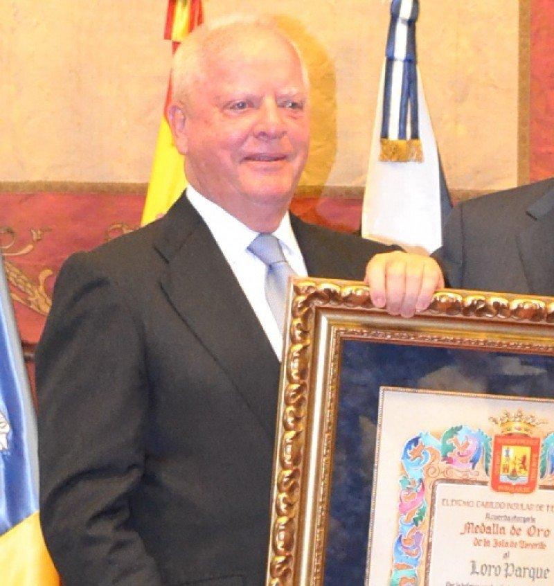 Wolfgang Kiessling recogió en 2013 la Medalla de Oro entregada por el Cabildo de Tenerife a Loro Parque.