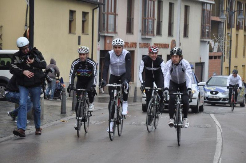 Varios ciclistas, entre ellos Miguel Indurain, promocionan el Mundial por las calles de Ponferrada.