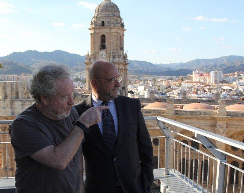 """El director de cine Ridley Scott junto con Carlos Rosado, en Málaga, durante una visita a Andalucía para localizaciones de la película """"The Book of Exodus""""."""