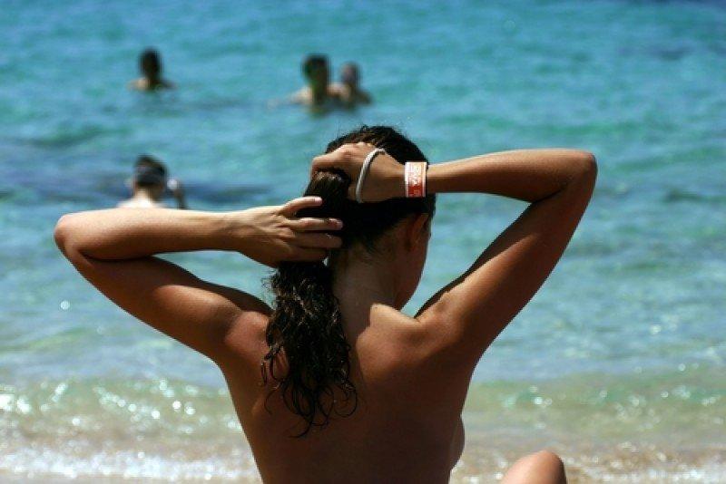 Bañistas en una playa de Ibiza. #shu#