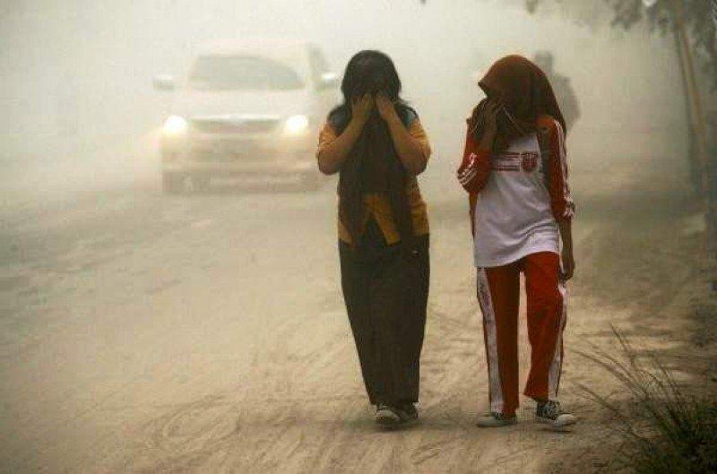 Indonesia cierra sus aeropuertos internacionales tras una erupción volcánica (Foto Efe).