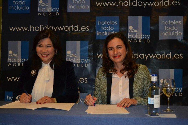 De izq. a dcha, Leticia Chen, presidenta de la Asociación de Empresarios Chinos en Andalucía, y María Francisca Peñarroya, directora general de Holiday World, en la firma del acuerdo.