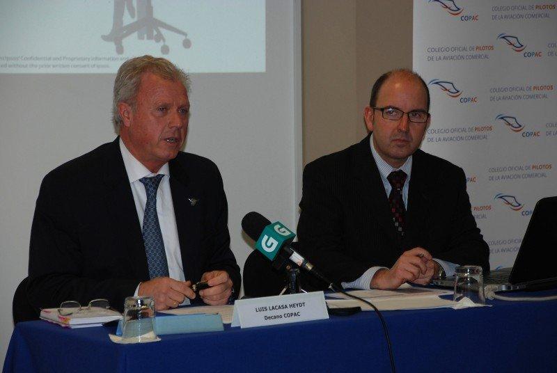 Luís Ignacio Lacasa Heydt (Izq.), presidente del COPAC, presenta los resultados del aerobarómetro 2013.