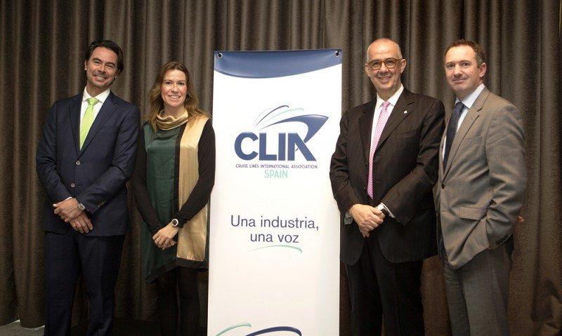 La presidenta de CLIA España, Belén Wangüemert, junto al director de la asociación, Alfredo Serrano, y al vicepresidente, Emiliano González (dcha.) y el secretario general de CLIA Europa, Robert Ashown.