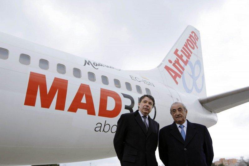 Los presidentes de la Comunidad de Madrid, Ignacio González, y el de Air Europa, Juan José Hidalgo, presentaron ayer el primer avión que luce el eslogan promocional de la región.